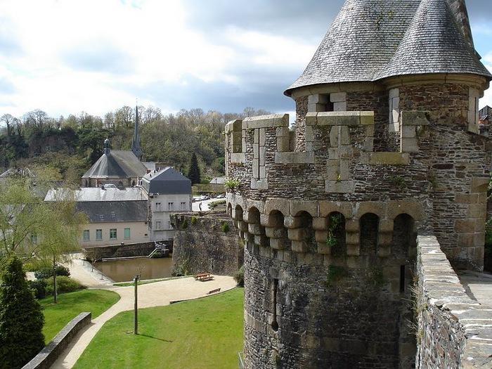 Фужер (Fougeres) — старинный город-крепость с 13 башнями в Бретани 97307