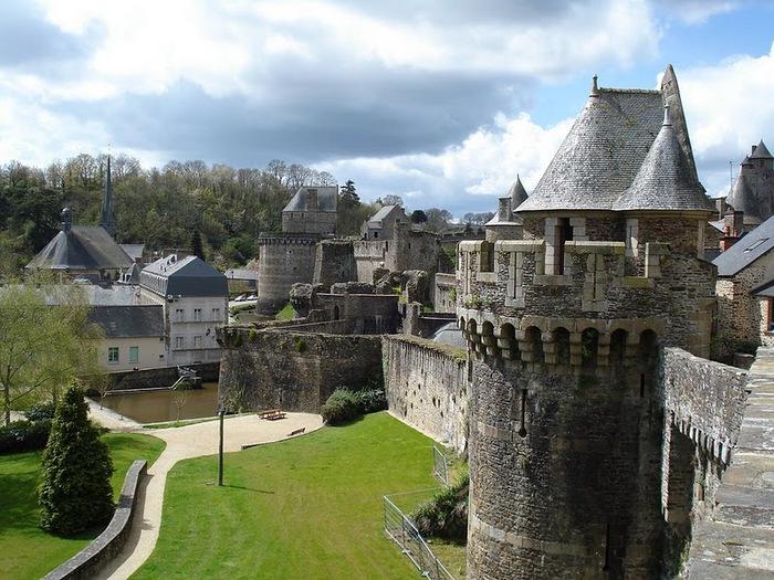 Фужер (Fougeres) — старинный город-крепость с 13 башнями в Бретани 55984