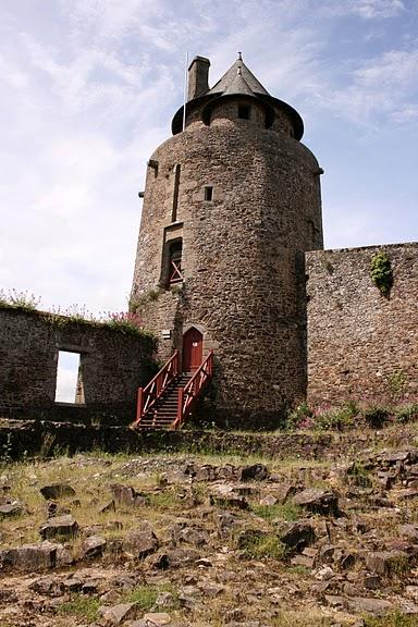 Фужер (Fougeres) — старинный город-крепость с 13 башнями в Бретани 42464