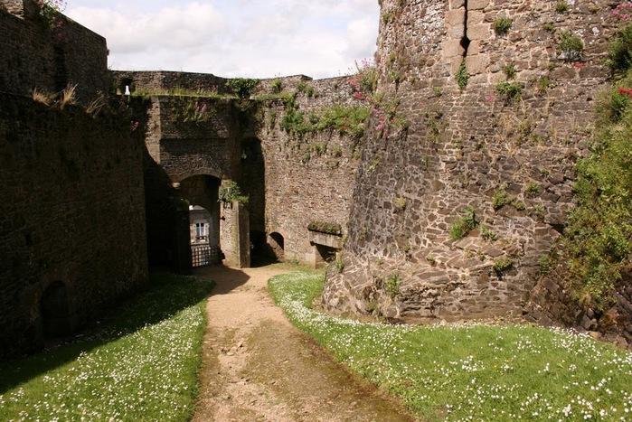 Фужер (Fougeres) — старинный город-крепость с 13 башнями в Бретани 97546