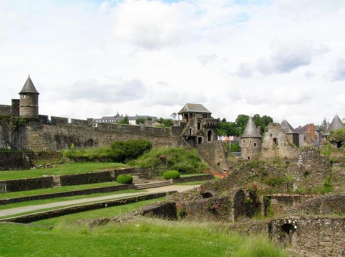 Фужер (Fougeres) — старинный город-крепость с 13 башнями в Бретани 65078