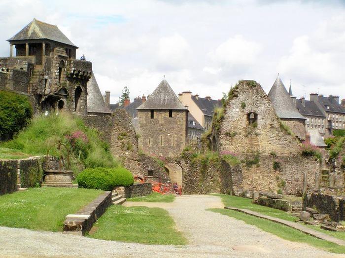 Фужер (Fougeres) — старинный город-крепость с 13 башнями в Бретани 38204