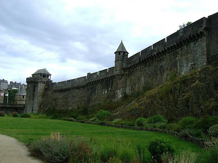 Фужер (Fougeres) — старинный город-крепость с 13 башнями в Бретани 87904