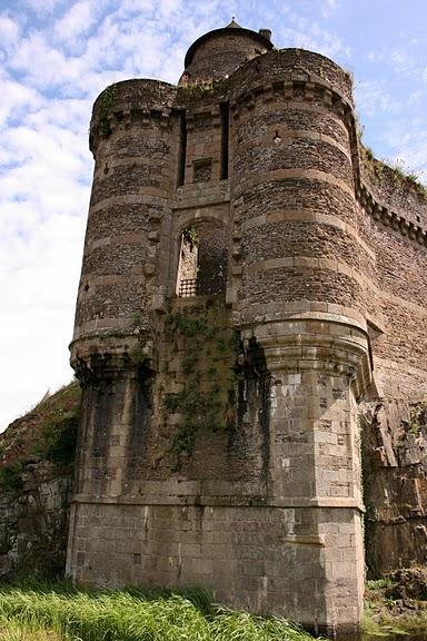 Фужер (Fougeres) — старинный город-крепость с 13 башнями в Бретани 82327