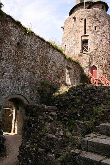 Фужер (Fougeres) — старинный город-крепость с 13 башнями в Бретани 35157