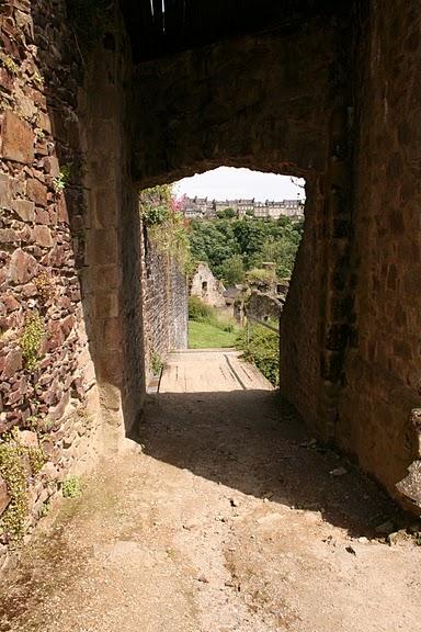 Фужер (Fougeres) — старинный город-крепость с 13 башнями в Бретани 71989