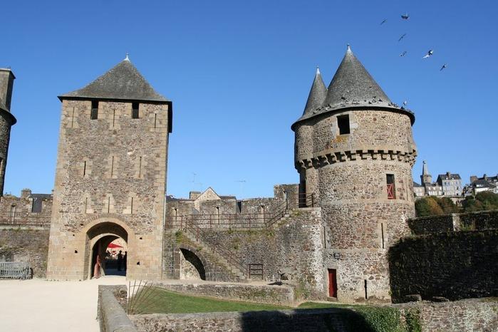 Фужер (Fougeres) — старинный город-крепость с 13 башнями в Бретани 58289