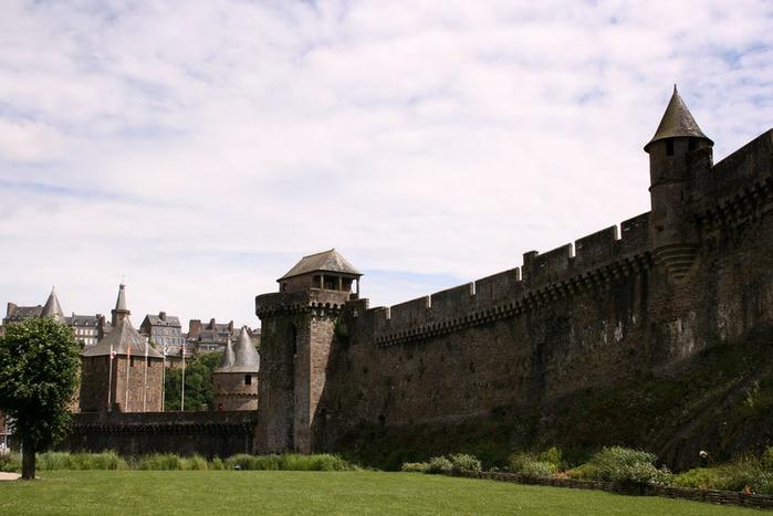 Фужер (Fougeres) — старинный город-крепость с 13 башнями в Бретани 49064