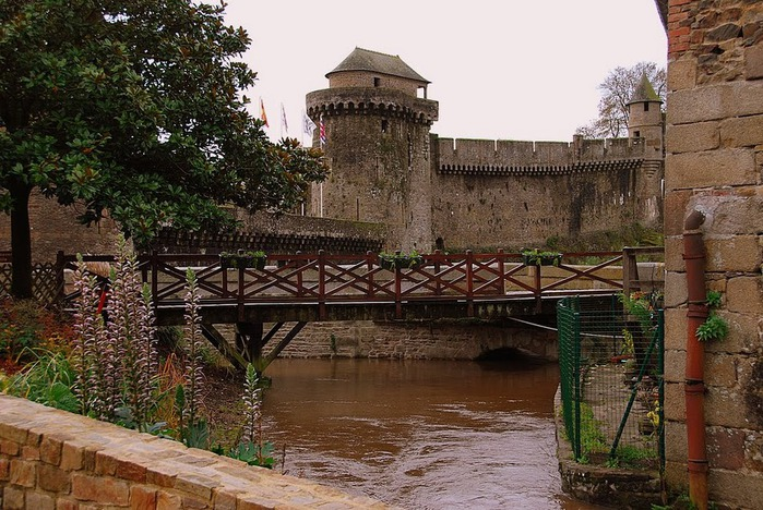Фужер (Fougeres) — старинный город-крепость с 13 башнями в Бретани 46134