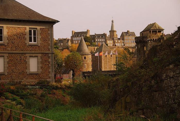 Фужер (Fougeres) — старинный город-крепость с 13 башнями в Бретани 26120