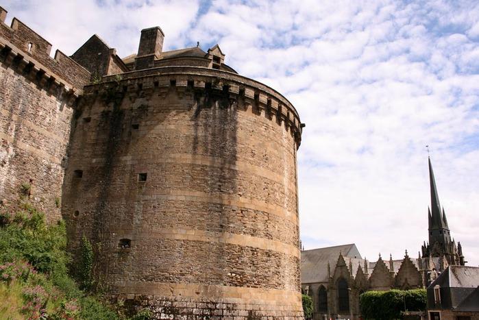 Фужер (Fougeres) — старинный город-крепость с 13 башнями в Бретани 36609