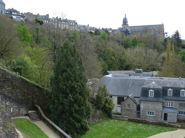 Фужер (Fougeres) — старинный город-крепость с 13 башнями в Бретани 92742