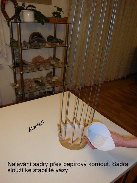 Насобирала на чешских сайтах.  Ниже - мастер-класс.  Для работы понадобится гипс и железные прутья для формы вазы.