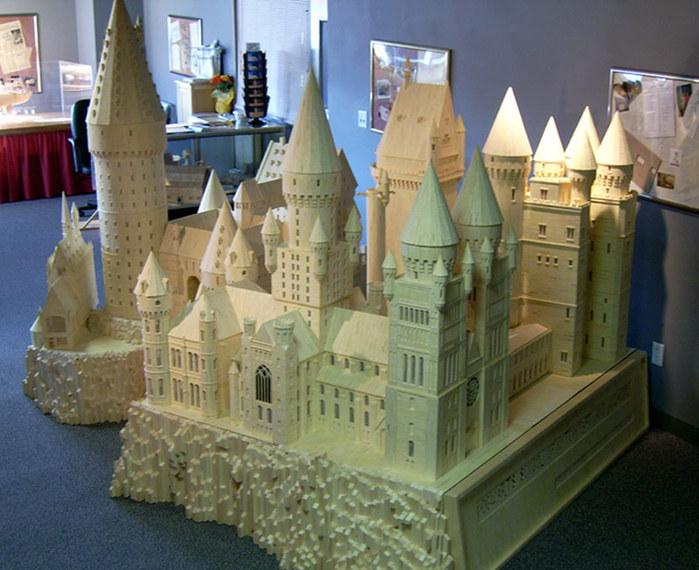 Патрик Эктон из спичек построил модель Хогвартса из книги о Гарри Поттере.  На это ему пришлось потратить 602 000...