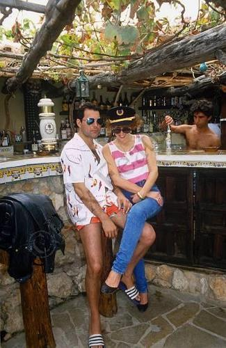Фредди с блондинкой у барной стойки.
