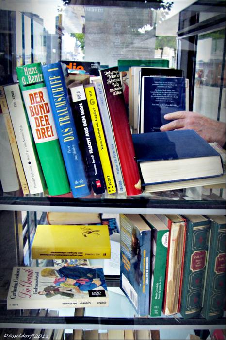 Книжный шкаф на набережной Рейна в Дюссельдорфе