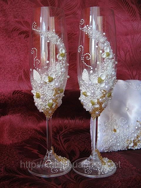 Украшения и аксессуары для невесты.  В наличии есть свечи для молодожен, бокалы, шампанское и многое другое.
