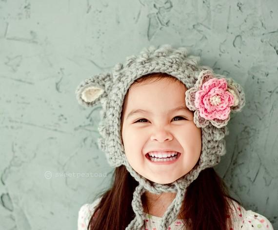 Вязанная крючком детская шапочка.