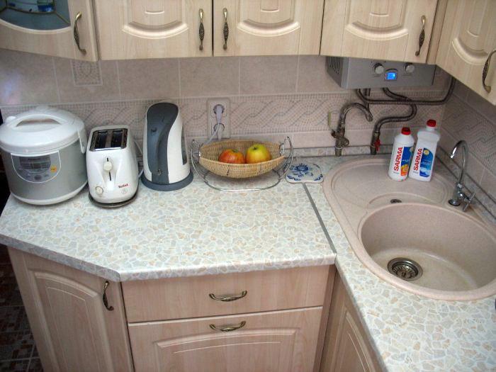 маленькие кухни 5 кв.м дизайн фото с колонкой