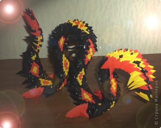Предлагаю на ваш суд мою новую работу :)) Это Китайский дракон.  Он состоит из 690 модулей.  Правда имеет не совсем...