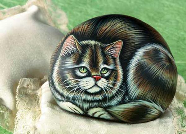 Кошки и собаки, нарисованные на камнях (13 фото)