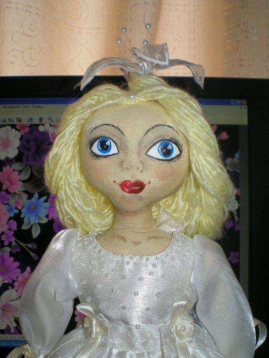Ароматизированная кукла-примитивка.  Платье- атлас, бисер, капроновые и атласные ленты, причёска - пряжа...