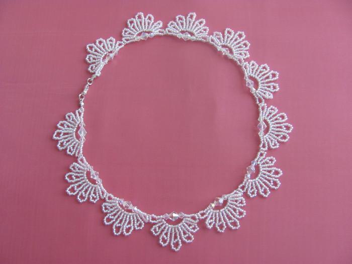 Ожерелье из кружева и бусин