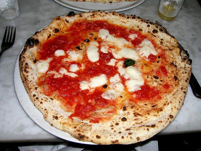 в Неаполе можно слопать самую вкусную пиццу