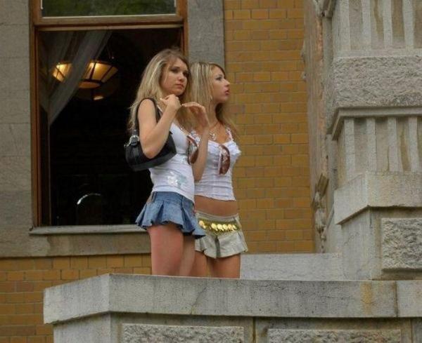 Девушки в короткой юбчёнке