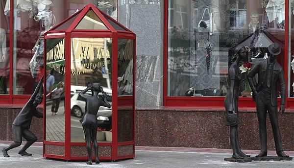 Покупатели. Проспект Независимости, 54, универмаг ЦУМ июль 2011.  (600x343, 66Kb)
