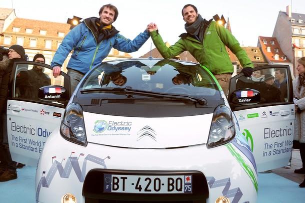 Французские инженеры Ксавье Дегон (справа) и Антонина Гай позируют с Citroen C-Zero электрическим автомобилем в Страсбурге, на востоке Франции, 11 февраля 2012 года.