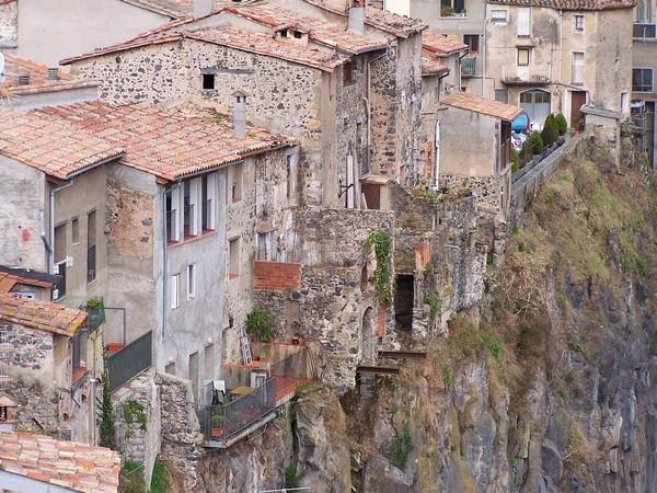 Необычные и красивые города на скалах - Кастеллфолли де ла Рока 3 (600x450, 128Kb)