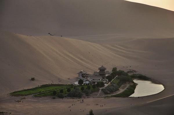Старинный оазис посреди пустыни Такла-Макан  2 (600x398, 40Kb)