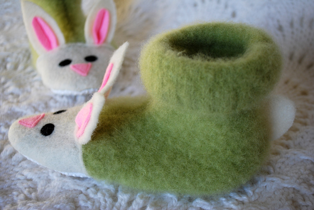 fuzzy-bunny-slippers-from-recycled-felted-sweaters-for-kids-free-slipper-pattern_2 (640x428, 131Kb)
