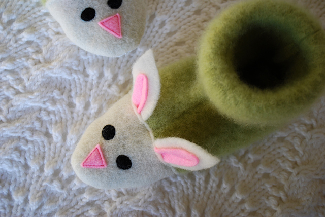 fuzzy-bunny-slippers-from-recycled-felted-sweaters-for-kids-free-slipper-pattern_4 (640x428, 134Kb)