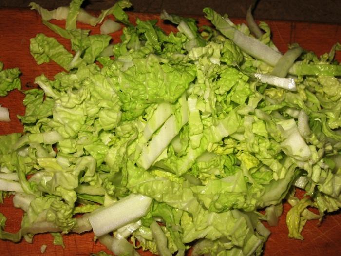 Диетический салат с капустой и огурцом
