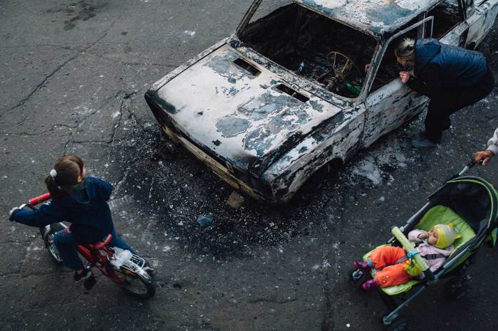 local-citizens-burned-trolleybus-bus-marshrutky-in-the-centre-of-the-city-during-the-attack-of-the-ukrainian-army-to-block-the-passage-of-the-vehicle-to-the-city-executive-office-kram (700x465, 59Kb)
