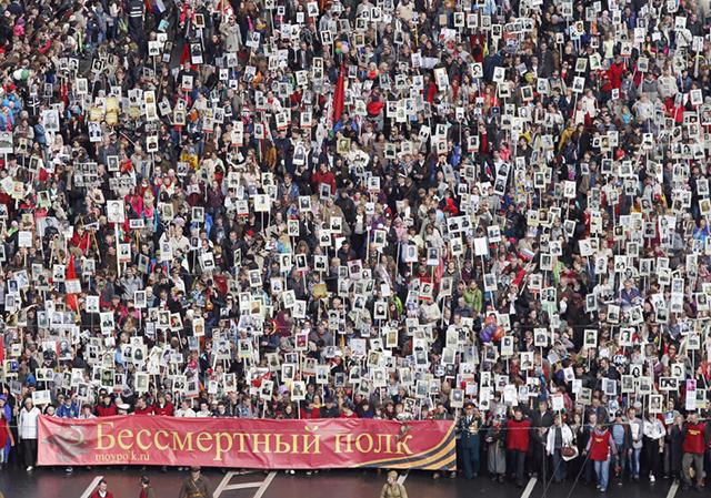 Бессмертный полк в Питере на Невском проспекте. 9 мая 2014-го (640x449, 456Kb)