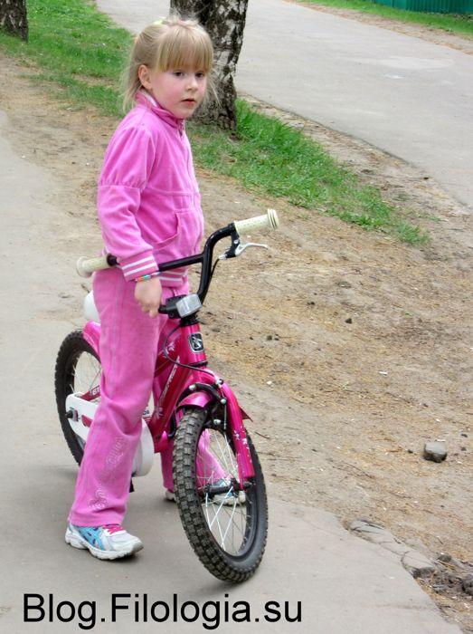 Фото маленькой девочки с велосипедом в розовом костюме  (523x700, 72Kb)