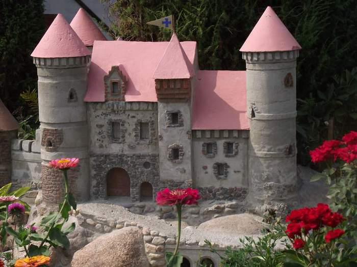 Замок на садовом участке своими руками