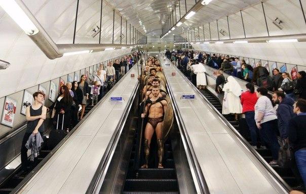 300 спартанцев в Лондонском метро2 (604x383, 211Kb)