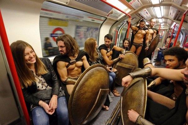 300 спартанцев в Лондонском метро4 (604x402, 255Kb)