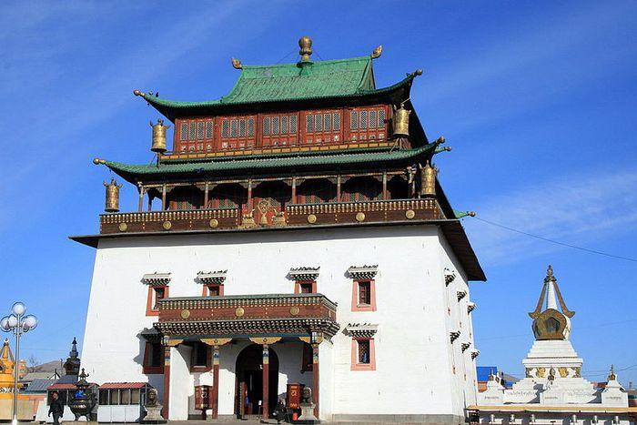 Монголия/1413032_800pxGandantegchinlen_Khiid_Monastery (700x467, 70Kb)