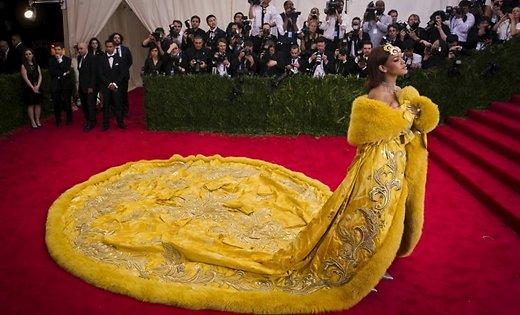 3925073_rihannaatmetgala2015yellowdress45926989 (520x315, 45Kb)
