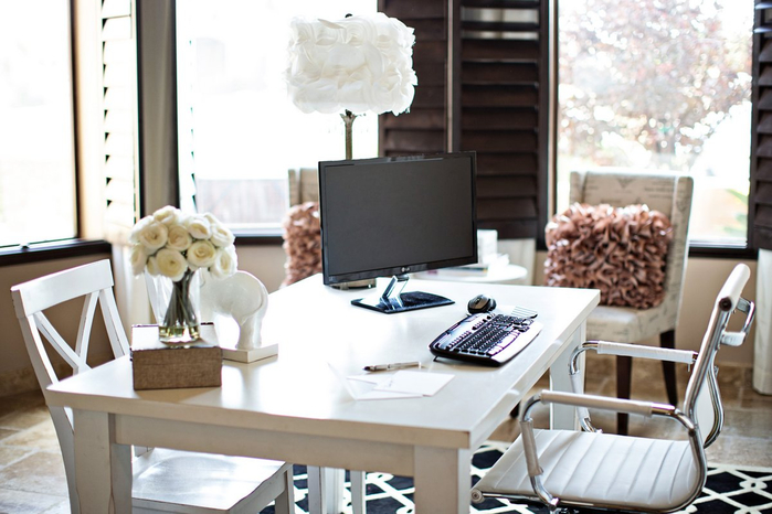 beautiful-office-design-offers-white-desk-fresh-white-flowers-decor-top-suitable-young-woman (700x466, 306Kb)