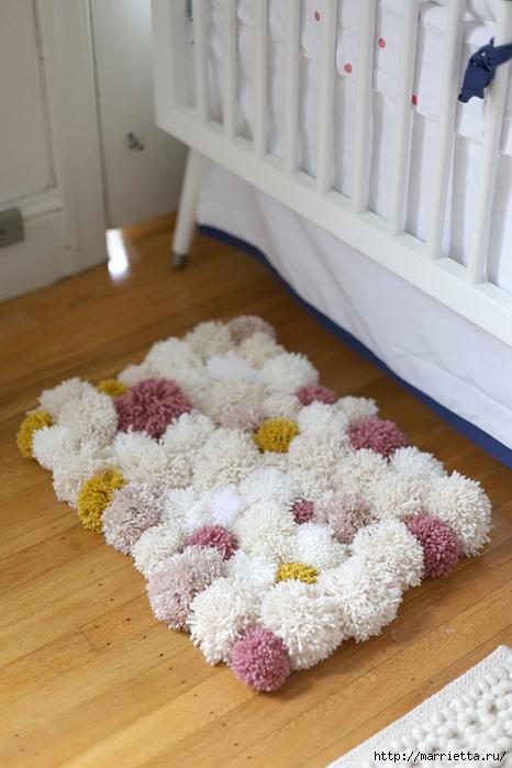 Детский пушистый мягкий коврик из ПОМПОНОВ (17) (466x700, 238Kb)