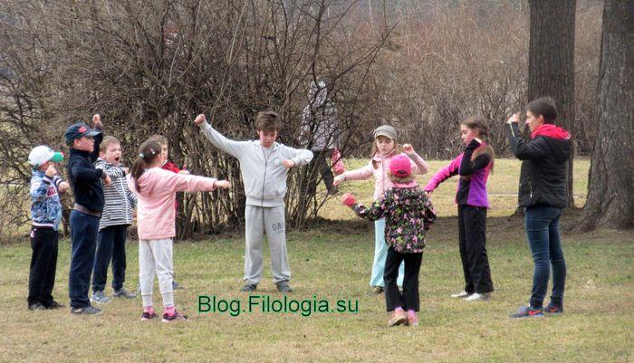 Покровское-Стрешнево. Дети встали в круг на лужайке и делают упражнения или играют. (700x401, 73Kb)