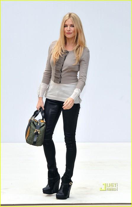 rosie-huntington-whiteley-sienna-miller-burberry-london-fashion-week-02 (446x700, 47Kb)