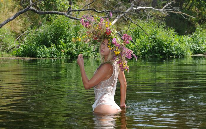 на озере голые фото
