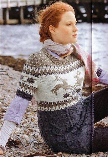 Пуловер с вышитыми оленями.